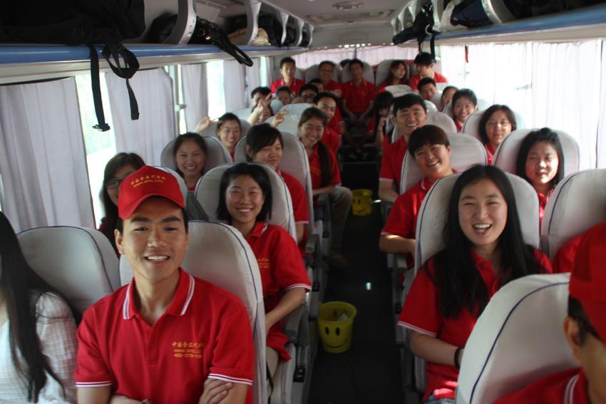 大巴车上欢呼雀跃的小伙伴们